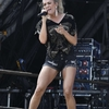 Carrie-Underwood---Performing-on-the-Pyramid-Stage-at-Glastonbury-Festival-04.jpg